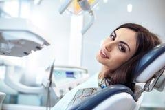 Menina na inspeção de um dentista na odontologia Foto de Stock