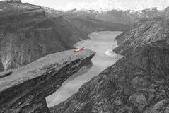 Menina na lingüeta da pesca à corrica nas montanhas norueguesas Foto de Stock Royalty Free