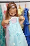 Menina na loja dos vestidos foto de stock