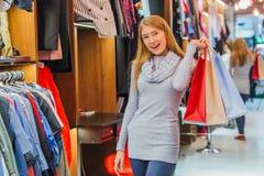 A menina na loja fez muitas compras fotos de stock