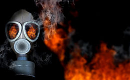 Menina na máscara de gás fotografia de stock