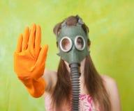Menina na máscara de gás que aponta o BATENTE fotografia de stock