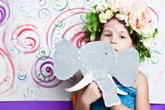 Menina na máscara do papel do elefante Foto de Stock