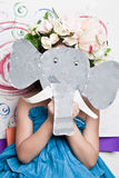 Menina na máscara do papel do elefante Fotografia de Stock