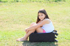 Menina na mala de viagem Fotografia de Stock Royalty Free