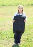 Menina na mala de viagem de fechamento Imagem de Stock