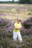 Menina na menina pequena do campo fotos de stock royalty free