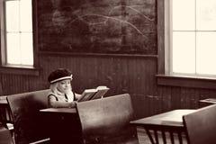 Menina na mesa da escola foto de stock royalty free