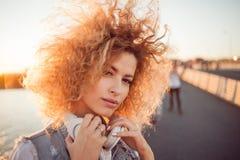 Menina na moda com grandes fones de ouvido em uma caminhada da cidade, fim acima foto de stock