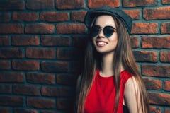 Menina na moda de sorriso Fotos de Stock Royalty Free