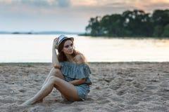 Menina na moda do moderno que relaxa imagens de stock royalty free
