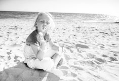 Menina na moda em bolhas de sopro do seacoast foto de stock royalty free