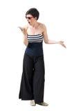 Menina na moda nova virada que grita no telefone celular Imagens de Stock