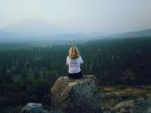 Menina na montanha fotografia de stock