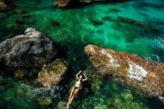 Menina na natação do biquini na opinião superior aérea do mar Foto de Stock Royalty Free