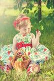 Menina na natureza com cerejas imagens de stock royalty free