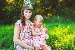 Menina na natureza com a mãe Imagem de Stock