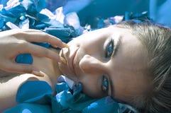 Menina na pétala cor-de-rosa azul fotos de stock