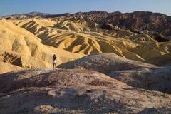 A menina na paisagem, vista surpreendente de cumes das montanhas no dia ensolarado, jovem senhora atrativa está estando no monte, fotos de stock
