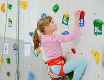 Menina na parede de escalada Fotografia de Stock Royalty Free