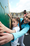 Menina na parede de escalada na classe da educação física da escola Imagem de Stock