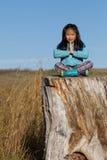 Menina na paz com natureza Fotos de Stock Royalty Free
