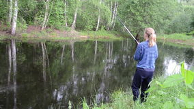 Menina na pesca da lagoa video estoque