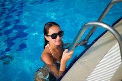 Menina na piscina Fotos de Stock Royalty Free