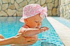 Menina na piscina Fotografia de Stock Royalty Free