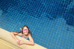 Menina na piscina Imagem de Stock Royalty Free