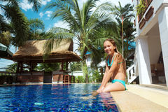 Menina na piscina Fotos de Stock