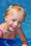 Menina na piscina. fotos de stock