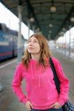Menina na plataforma da estação de comboio fotos de stock royalty free