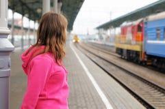 Menina na plataforma da estação de comboio fotografia de stock