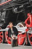 Menina na plataforma da estação de trem Foto de Stock Royalty Free