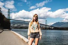 Menina na ponte da porta dos leões em Vancôver, BC, Canadá imagem de stock royalty free