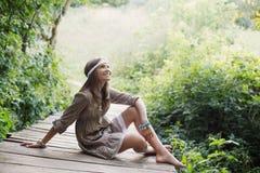menina na ponte de madeira velha na floresta Fotografia de Stock Royalty Free