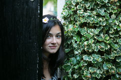 Menina na porta de um jardim Foto de Stock