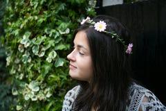 Menina na porta de um jardim Fotos de Stock Royalty Free