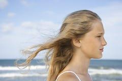 Menina na praia. imagens de stock