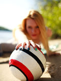 Menina na praia atrás do fim da bola acima Imagem de Stock