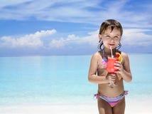 Menina na praia com cocktail Fotografia de Stock