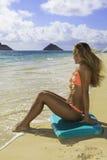 Menina na praia com placa da dança Fotos de Stock