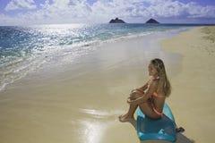 Menina na praia com placa da dança Fotografia de Stock