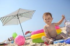 Menina na praia da areia Fotos de Stock Royalty Free