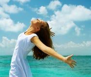 Menina na praia do oceano Imagem de Stock