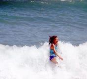 Menina na praia em Barcelona foto de stock royalty free