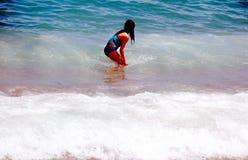 Menina na praia em Barcelona imagens de stock