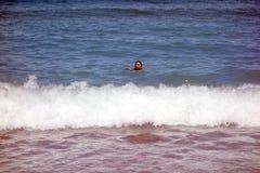 Menina na praia em Barcelona imagem de stock