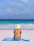 Menina na praia no biquini azul a Imagens de Stock Royalty Free